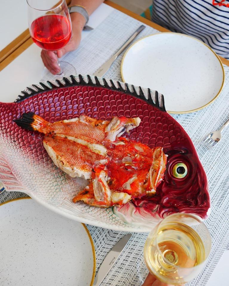 Pescado fresco asado en brasas, típico de la cocina marinera mallorquina