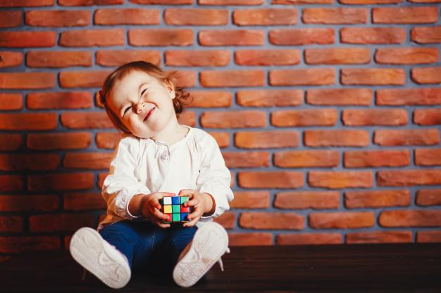 """Antes de los 12 meses un bebé debería ser capaz de imitar algunos sonidos y decir palabras como """"mamá"""" o """"adiós""""."""